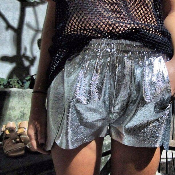 блестящие короткие шорты