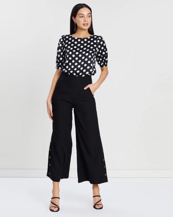 модные луки весна лето 2021: черная блузка белый горох под черные штаны