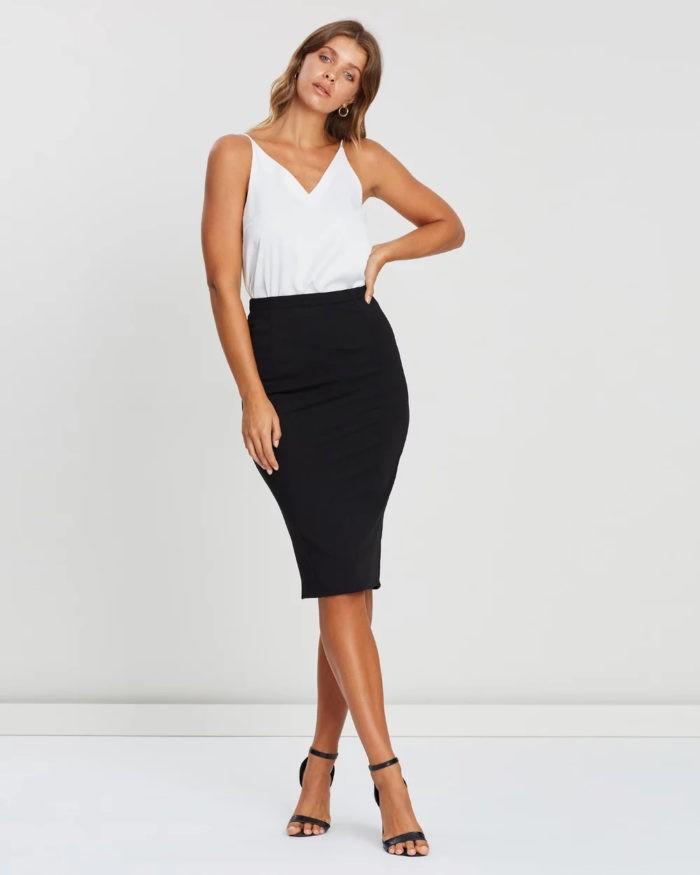 модные луки весна лето 2021: белый топ черная юбка карандаш
