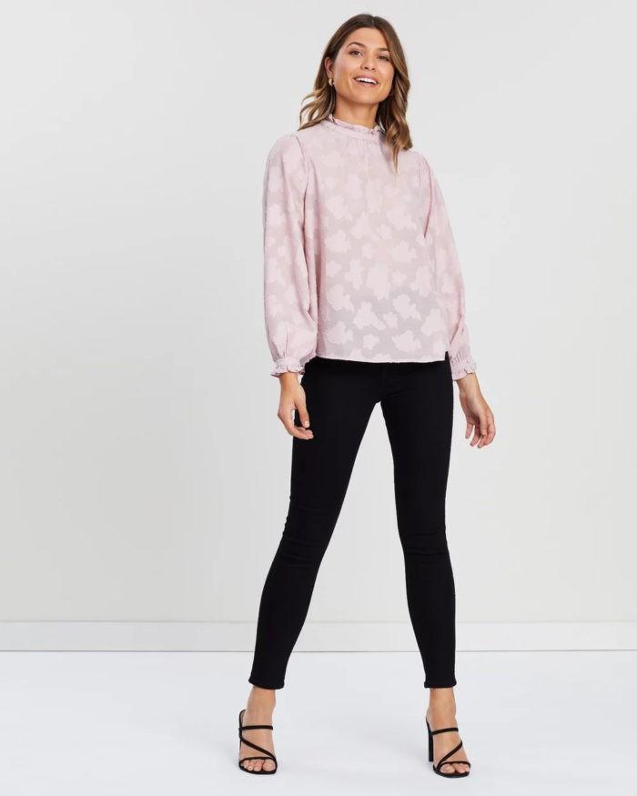 модные луки весна лето 2021: бледно-розовая кофта под черные штаны