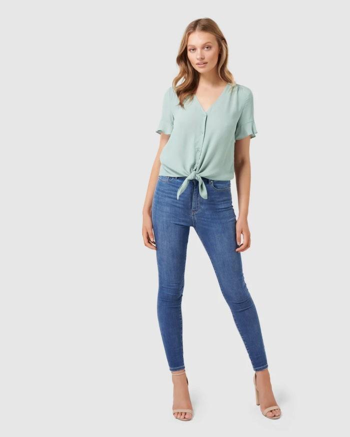 модные луки весна лето 2021: блузка аквамарин под синие джинсы