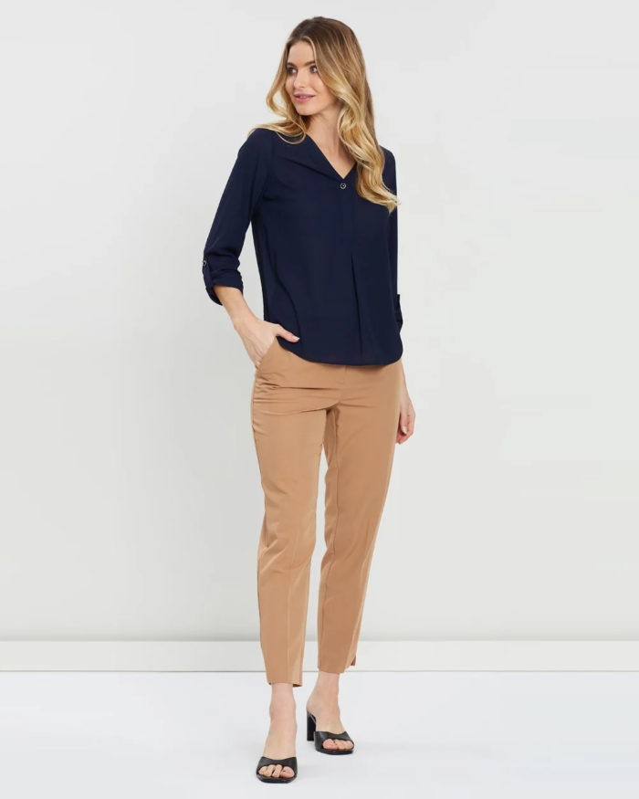 модные луки весна лето 2021: темно-синяя блузка под бежевые брюки