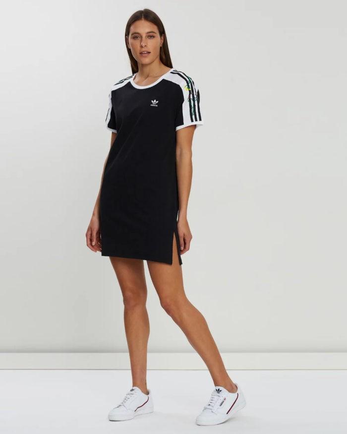 модные луки весна лето 2021: модные луки весна лето 2021: черное платье футболка