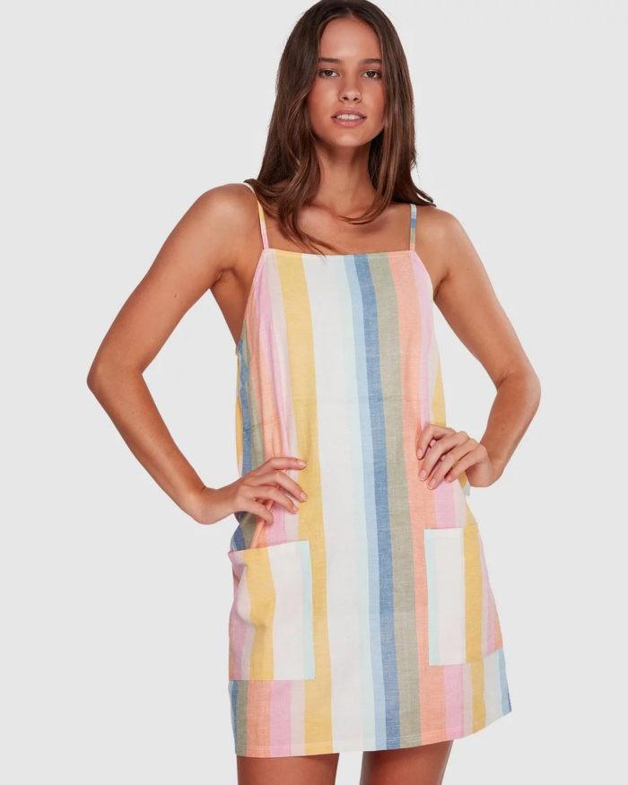 модные луки весна лето 2021: платье на тонких лямках полосатое цветное
