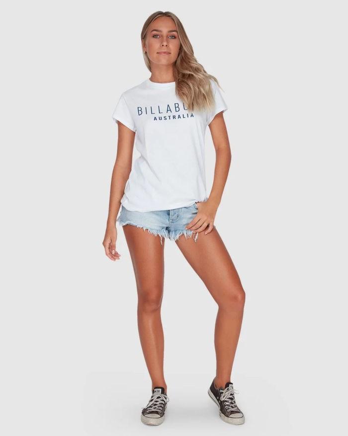 модные луки весна лето 2021: белая футболка с надписью под шорты