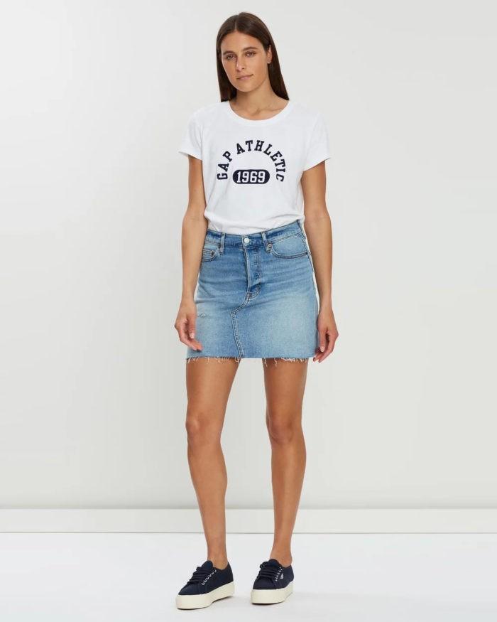 модные луки весна лето 2021: короткая джинсовая юбка белая футболка