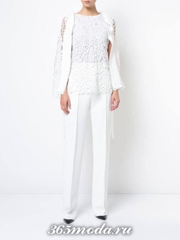 белые классические брюки с блузой
