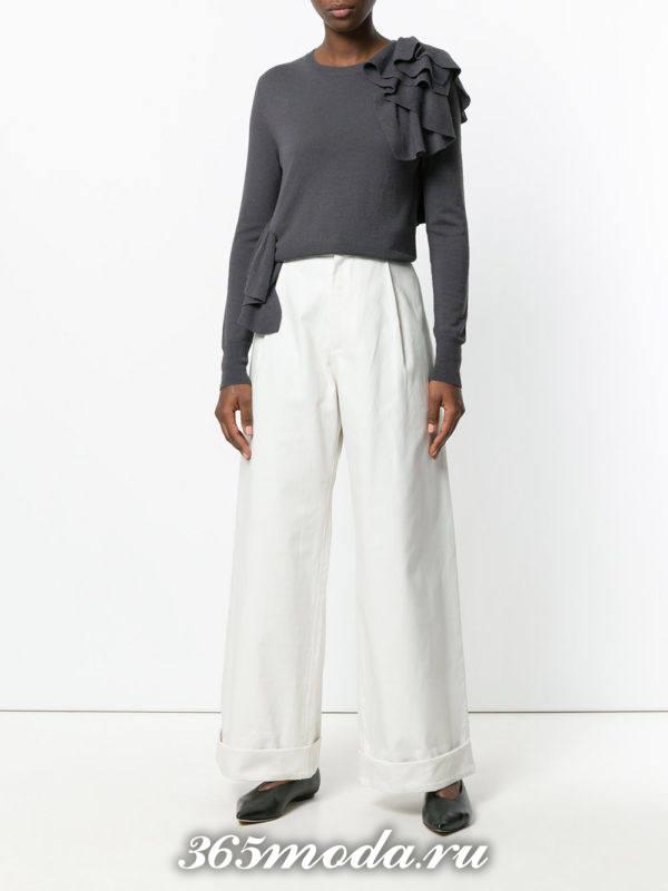 белые широкие брюки со свитером
