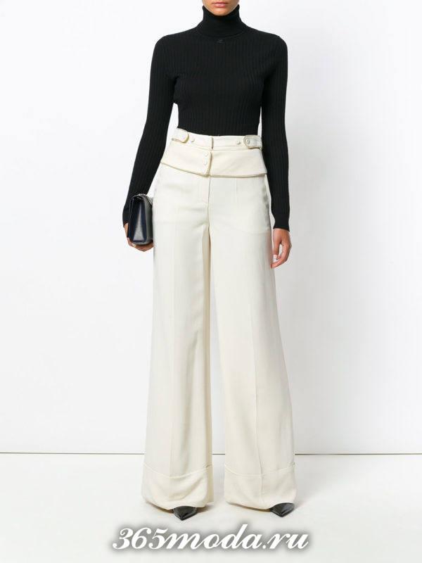 белые широкие брюки с гольфом