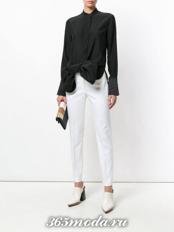 белые узкие брюки с блузой