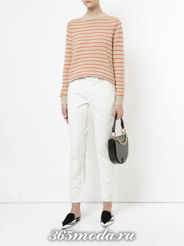 белые узкие брюки со свитером