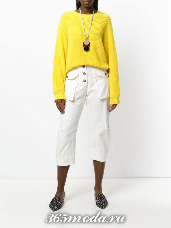 белые укороченные брюки со свитером