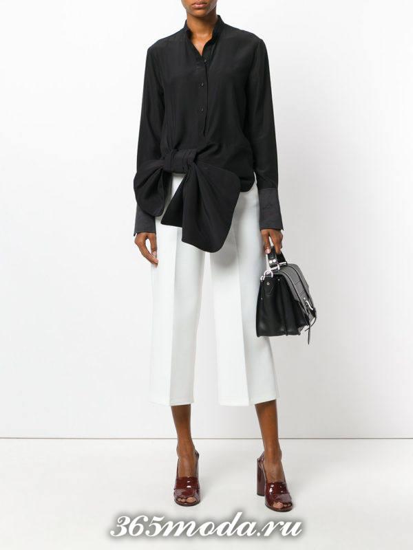 белые укороченные брюки с блузой