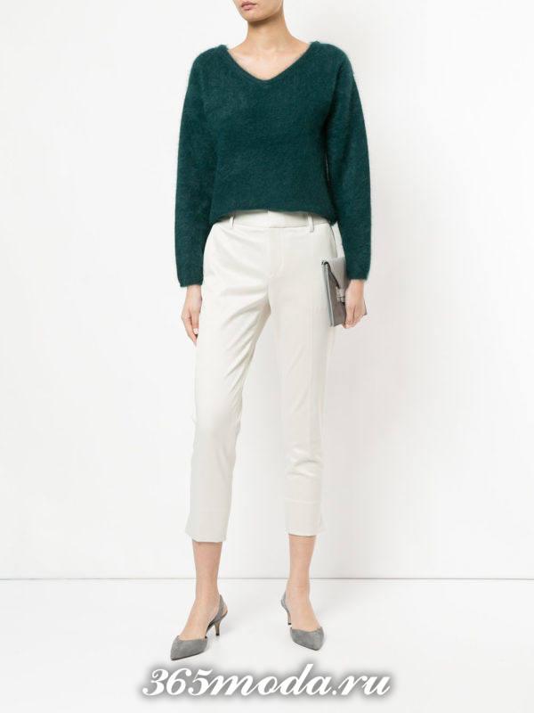 белые укороченные брюки с зеленым свитером