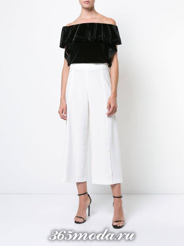 белые укороченные брюки с черным топом