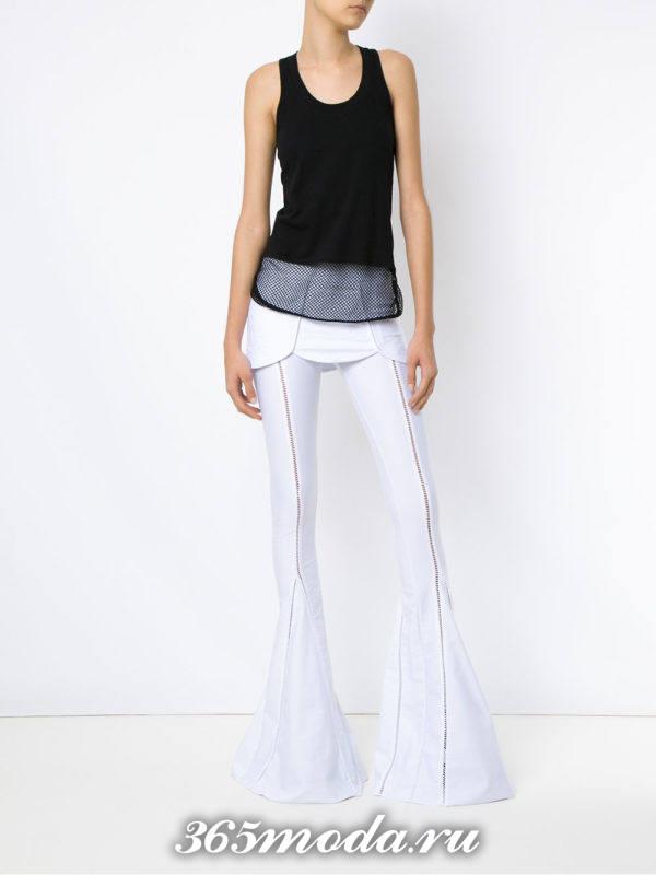 белые расклешенные брюки с топом