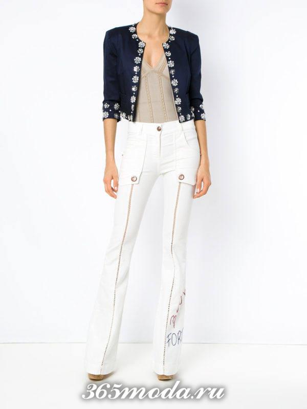 белые расклешенные брюки с жакетом