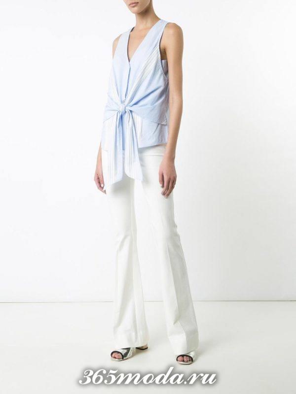 белые расклешенные брюки с блузой