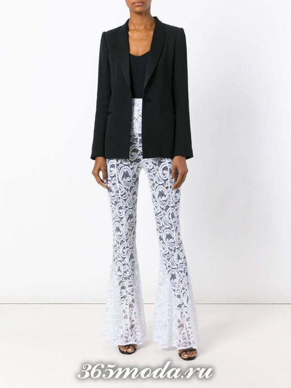 белые расклешенные брюки с пиджаком