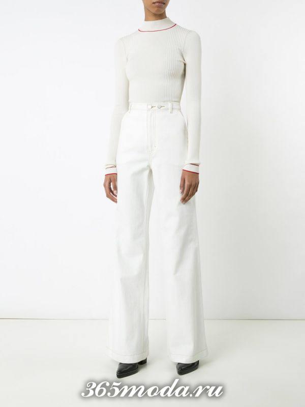 белые расклешенные брюки с блузкой
