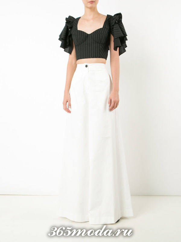 белые расклешенные модные брюки