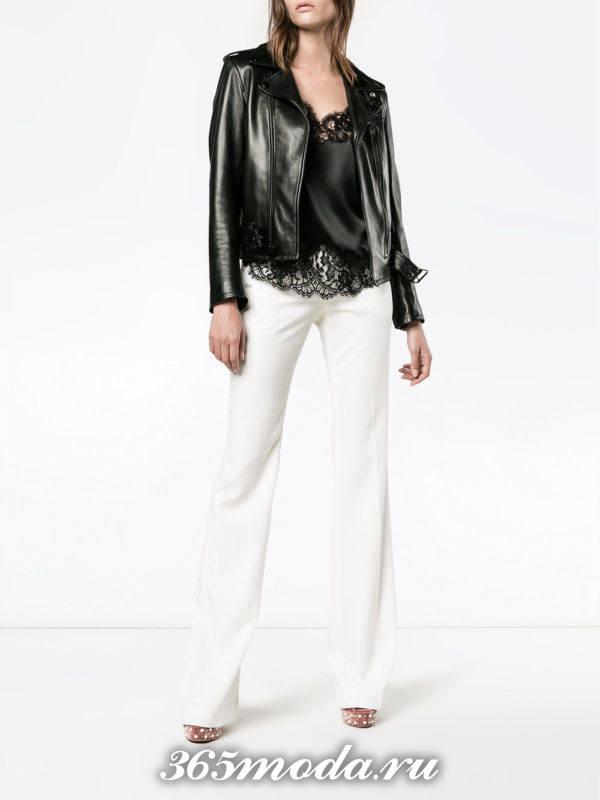белые расклешенные брюки с курткой