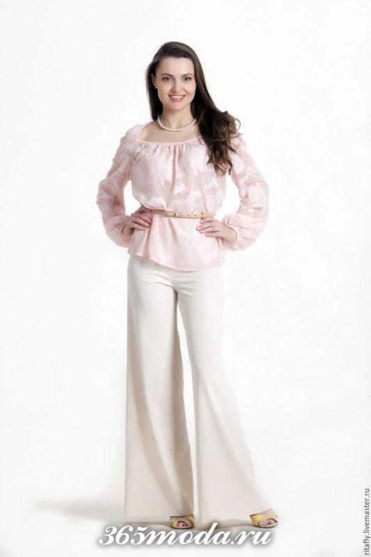 белые льняные брюки с блузой