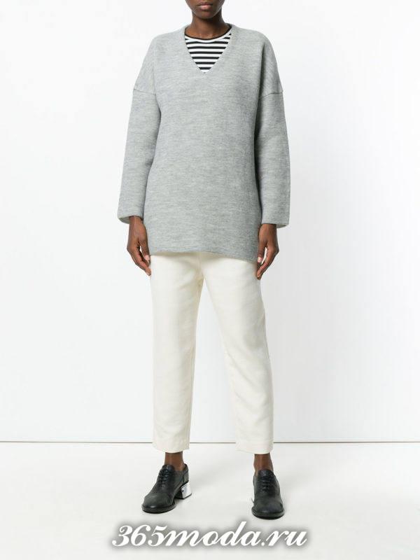белые льняные брюки со свитером