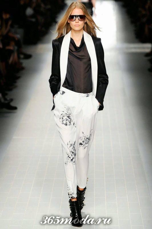 белые брюки галифе с принтом