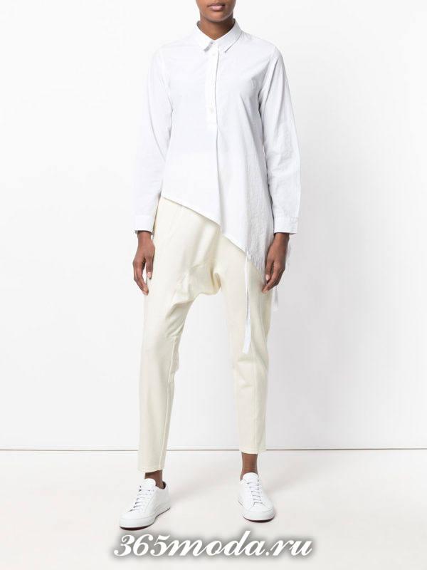 женские белые брюки с кроссовками