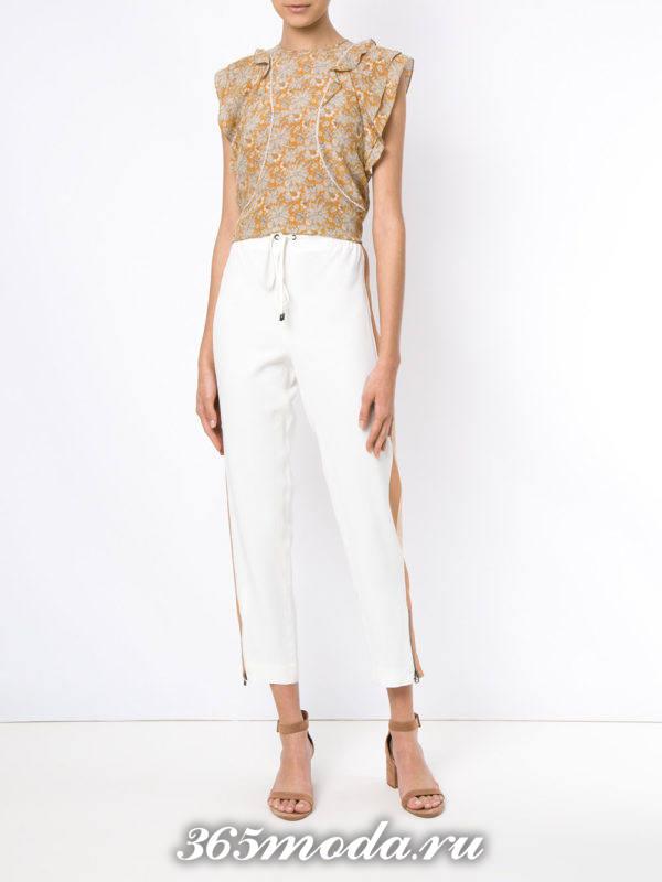 женские белые брюки с бежевыми босоножками