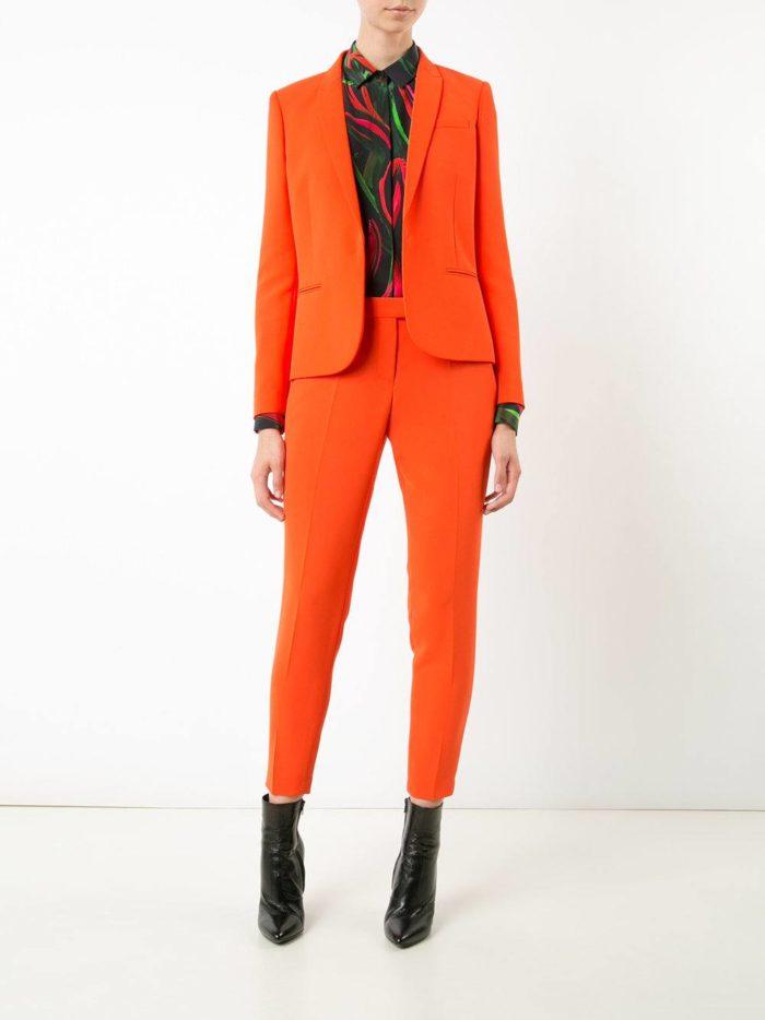 модные женские костюмы 2019-2020 года: с короткими брюками оранжевый