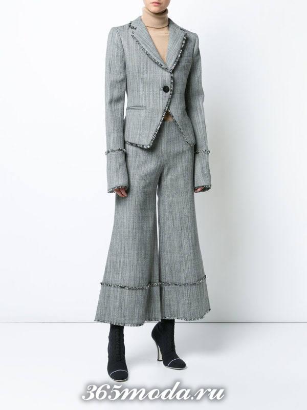 костюм с короткими брюками серый