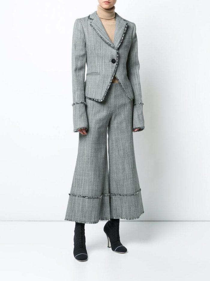модные женские костюмы 2019-2020 года: с короткими брюками серый
