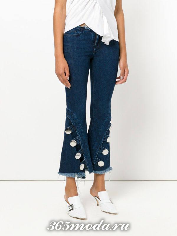 летний лук с джинсами клеш с декором