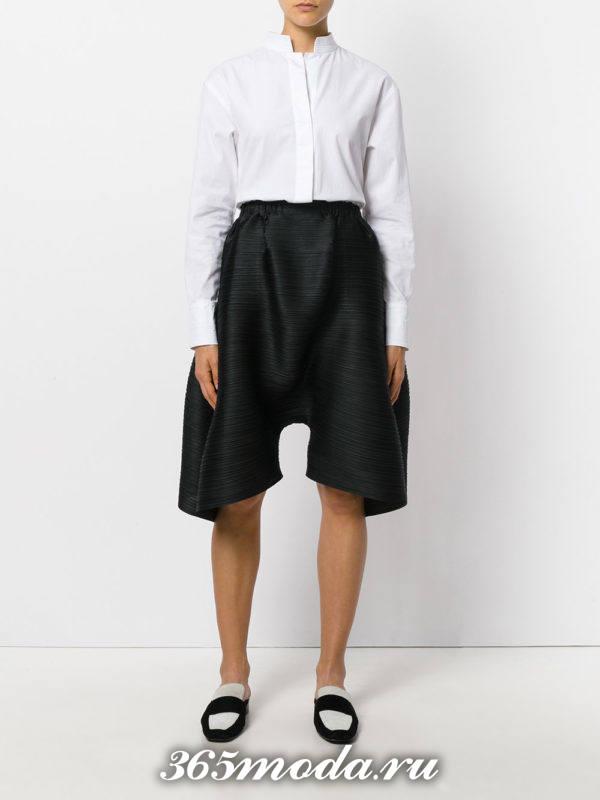 летний лук с черными свободными шортами