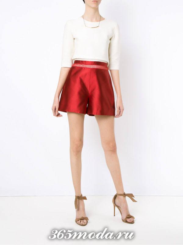 летний лук с блестящими короткими шортами