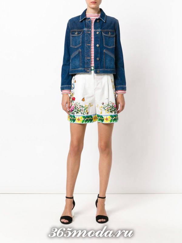 летний лук со светлыми шортами с рисунком