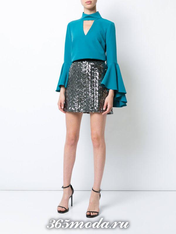 летний лук с блестящей мини юбкой
