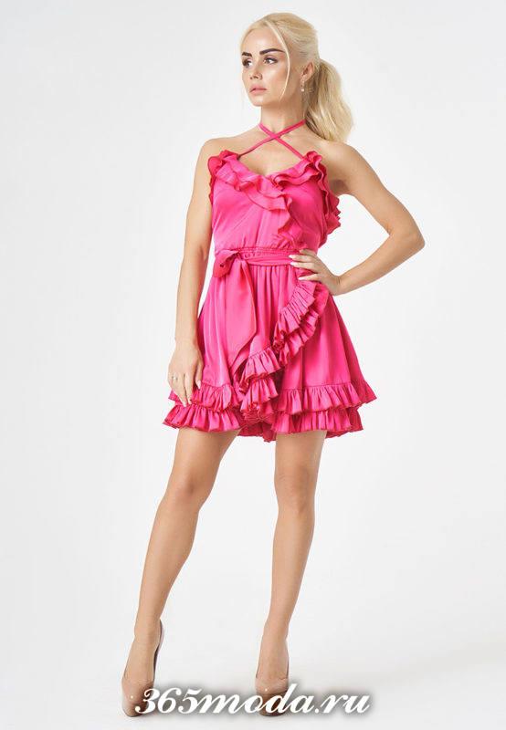 летний лук с розовым сарафаном с воланами