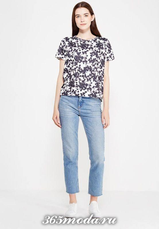 летний лук с футболкой в цветочный принт
