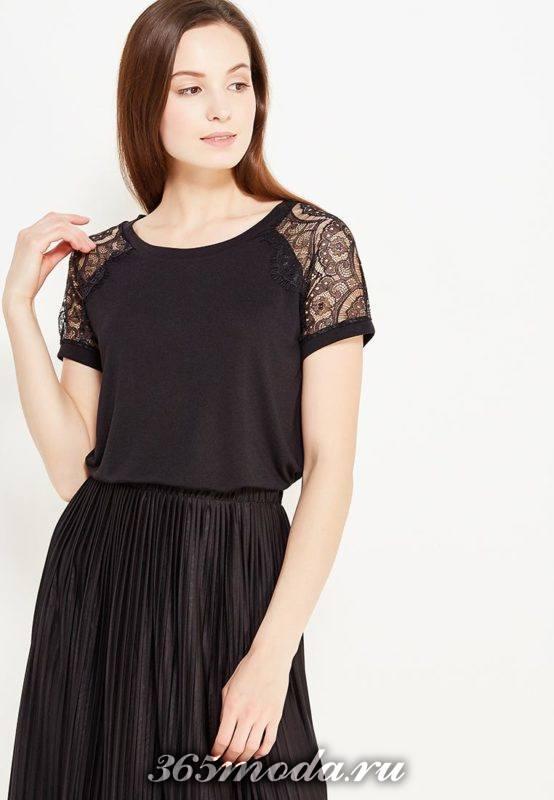 летний лук с черной футболкой с кружевом