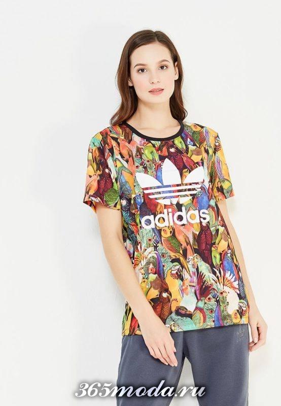 летний лук с разноцветной футболкой