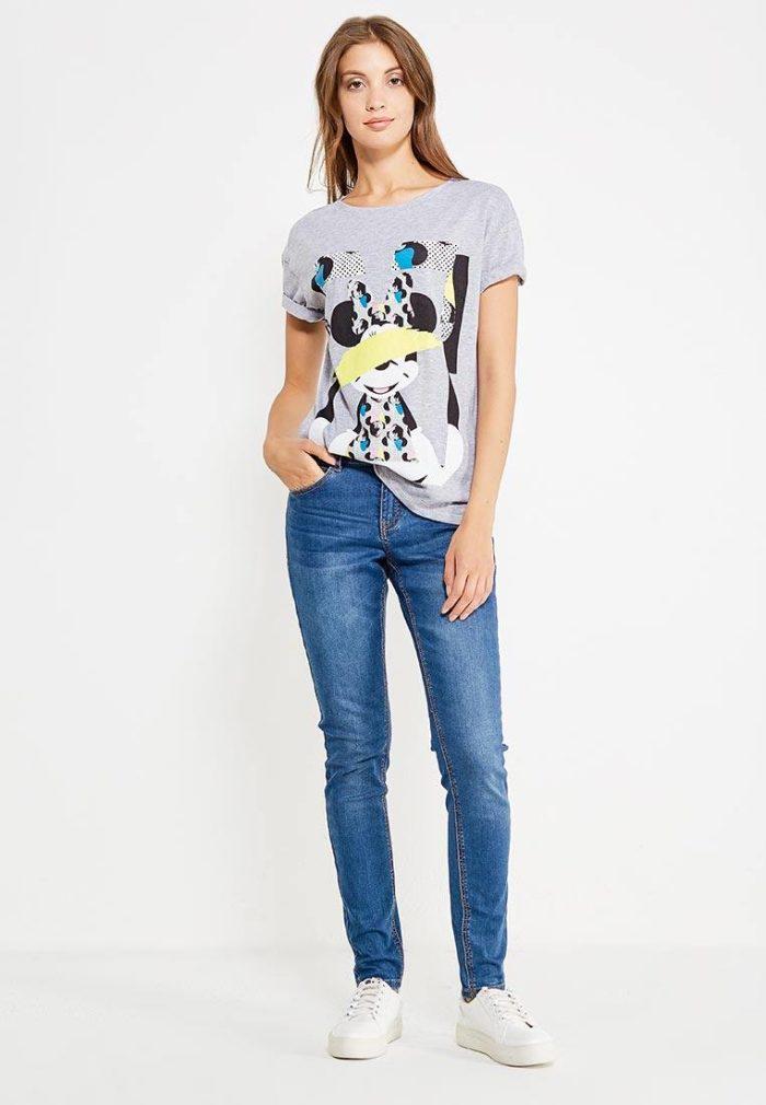 летний образ с серой футболкой с рисунком