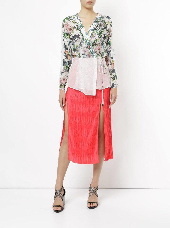летний образ с красной юбкой плиссе