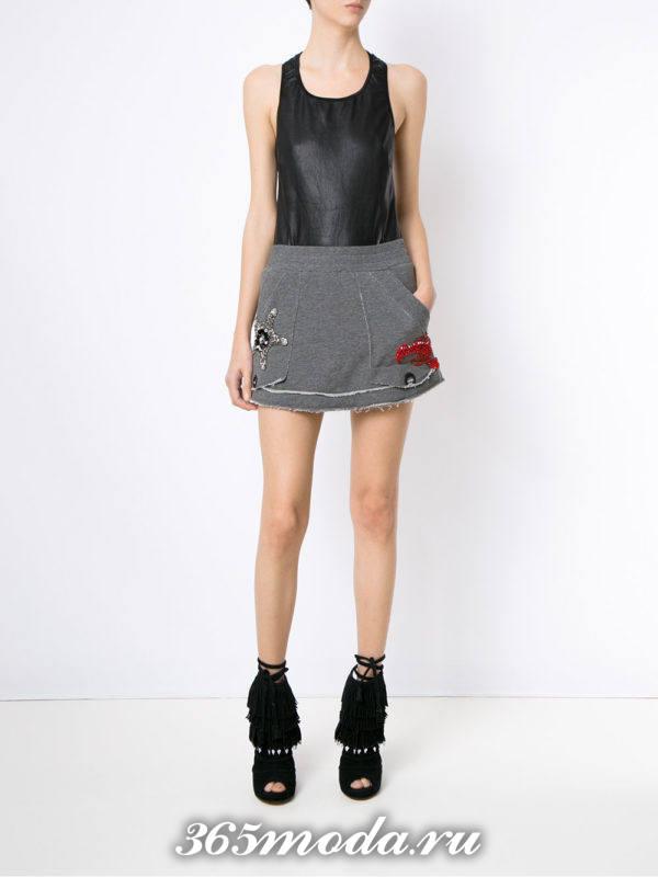 летний образ с серой мини юбкой
