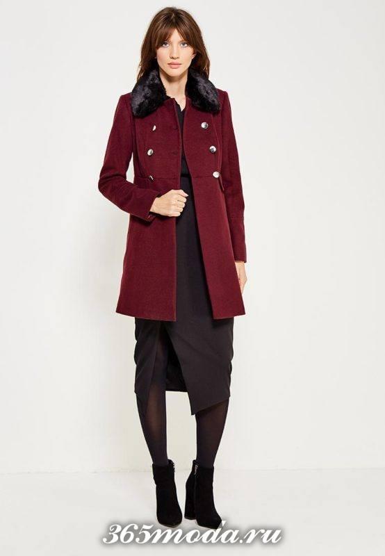 лук с коротким бордовым пальто