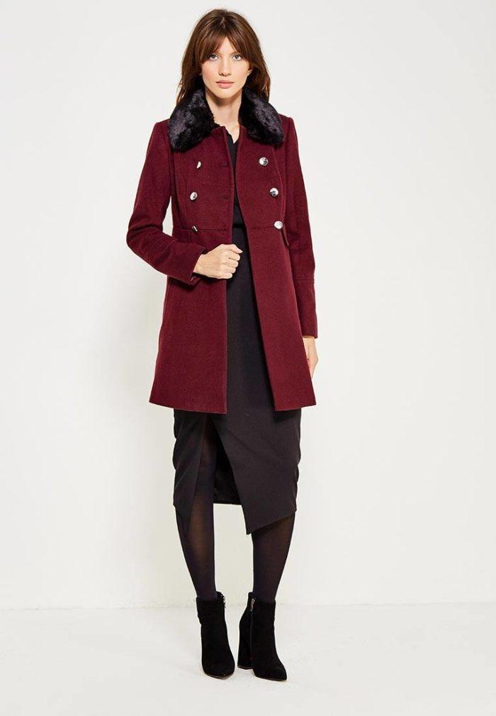 с коротким бордовым пальто