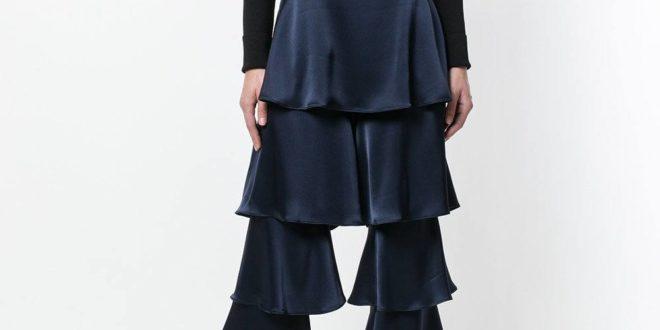 лук с синими брюками