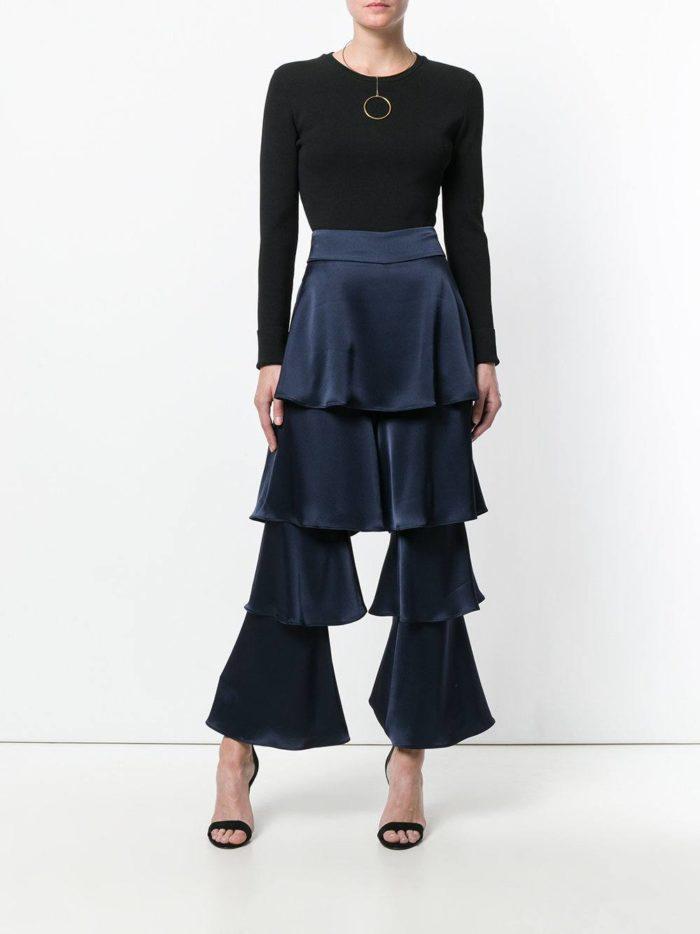 с темно-синими брюками с рюшами